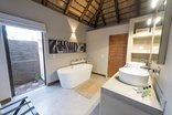 Bushbaby River Lodge - Bathroom Leopard Room