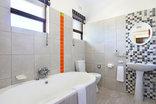 Orange Inn - Family room bathroom