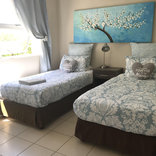 Bay Breeze - Twin room with shared bathroom
