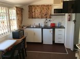 Clinch Self Catering - Cosy Den Open Plan kitchenette