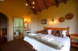 Montusi Mountain Lodge - Garden Suite - Bedroom with twin beds