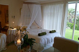 Kennedys Beach Villa - Beach suite white linen