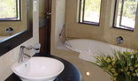 Clairewood - Self catering chalet bathroom