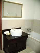Hermanus Dorpshuys Guesthouse - Baths in bathrooms