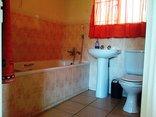 Pine Tree Lodge - Acacia second bathroom