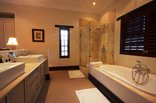 The Paddocks - Main en-suite bathroom