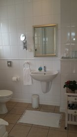 No.10 Caledon Street Guest House - bathroom twin room