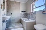 First Avenue Guesthouse - En-suite bathrooms