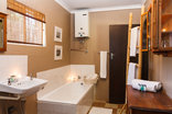 Birdsong Cottages - Franklin / Guineafowl bathroom