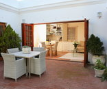 Constantia Garden suites - Outdoor dining and Patio area