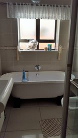 Gee Wizz Bed and Breakfast/Selfcatering - 1st bathroom