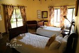 Re A Lora Lodge - Re a Lora Bedroom with Twin Beds and en-Suite Bathroom