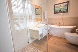 Exquisite Cottage 20 - Main Bathroom