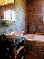 Valley Bushveld Country Lodge - En-suite Bathroom of Family Room 7