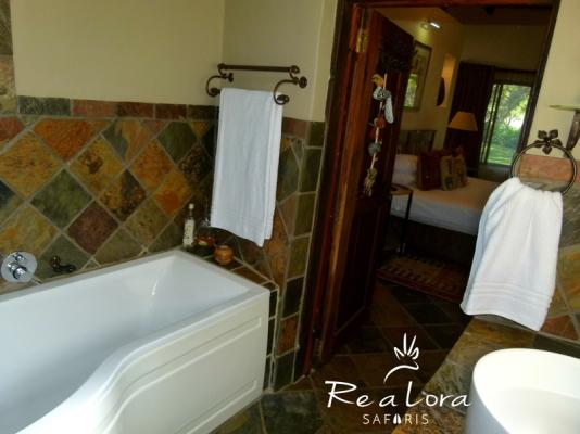 Re a Lora en-Suite Bathroom